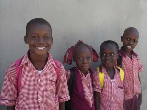 Enfants du bidonville de Cité Soleil en Haïti scolarisés à l'école St Alphonse