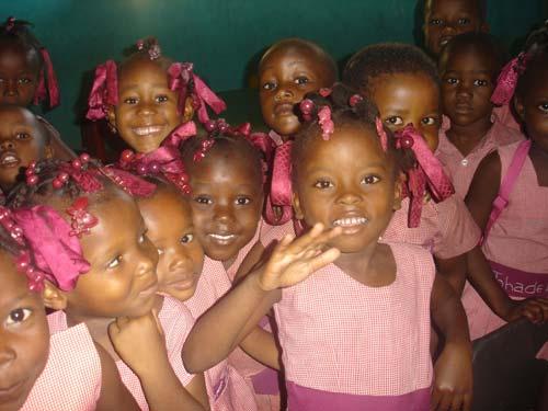 Enfants de l'école St Alphonse dans le bidonville de Cité Soleil en Haïti