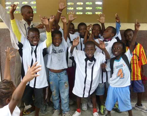 Equipe vainquer du tournoi de foot durant le club d'été à l'école St Alphonse, bidonville de Cité Soleil en Haïti