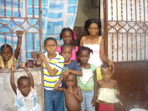 Famille haïtienne habitant le bidonville de Cité Soleil