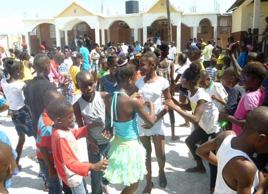 Célébration du Carnaval par les étudiants de l'école St Alphonse, bidonville de Cité Soleil en Haïti