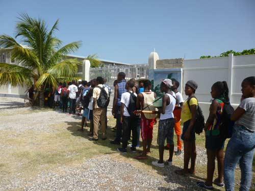 Arrivée à la plage des enfants du bidonville de Cité Soleilen Haïti