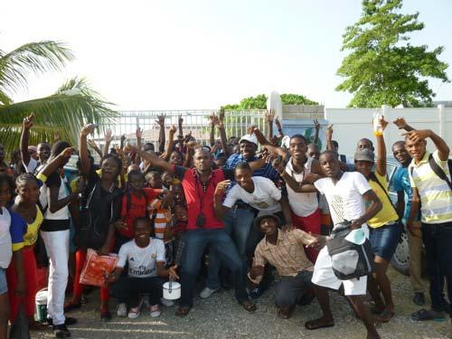 Journée au bord ede la mer pour les enfants du bidonville de Cité Soleil en Haïti.