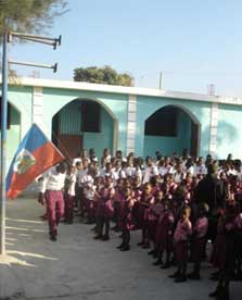 Lever de drapeau à l'école de Cité Soleil à Haïti
