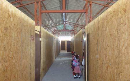 Local provisoire pour les classes du primaire et du secondaire de l'école St Alphonse à Cité Soleil