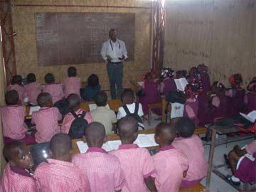 Une classe provisoire du primaire de l'école St Alphonse à Cité Soleil