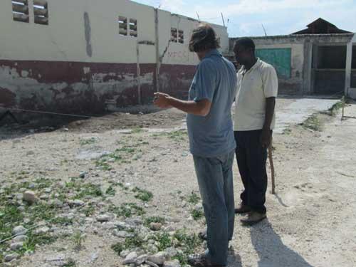 Le mur d'enceinte doit être abattu avant de creuser les fondations du bâtiment primaire