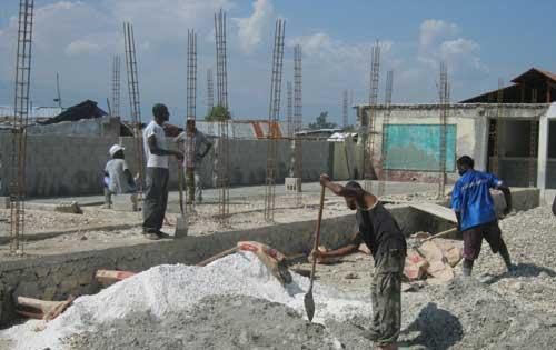 Le mur d'enceinte doit être reconstruit très vite avant de creuser les fondations du bâtiment primaire