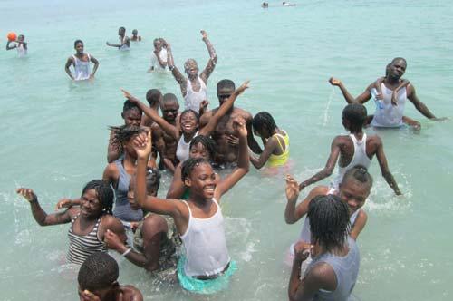 Premier bain de mer, première baignade à la plage pour les enfants de l'école St Alphonse en Haïti