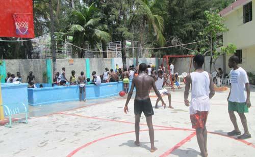 Journée de vacances à la plage pour les enfants de l'école St Alphonse en Haïti