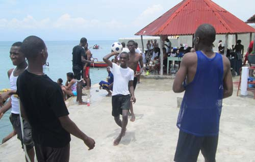 Match de basket sur une plage d'Haïti pour les enfants de l'école St Alphonse
