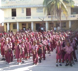 Enfants en rang à l'école St Alphonse, bidonville de Cité Soleil en Haïti