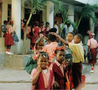 Récréation dans la cour de l'école St Alphonse, Cité Soleil en Haïti