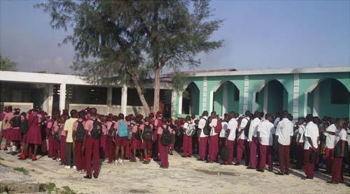 Rentrée scolaire à l'école St Alphonse, bidonville de Cité Soleil en Haïti
