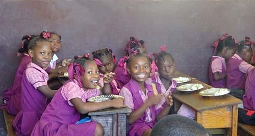 Repas servi aux enfants de l'école St Alphonse de Cité Soleil en Haïti