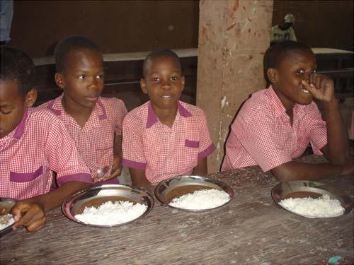 Repas des enfants à la cantine de l'école St Alphonse à Cité Soleil en Haïti