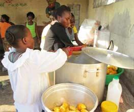 Préparation du repas de Noël à l'école St Alphonse de Cité Soleil en Haïti