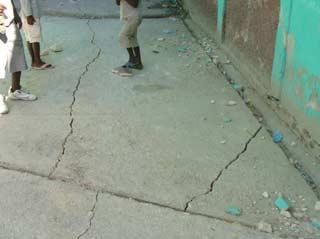 Fissures apparues dans la dalle de la cour lors du séisme, école ST Alphonse, Cité Soleil, Haïti