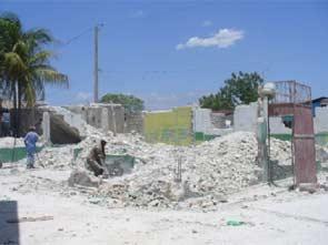Démolition des bâtiments fissurés de l'école St Alphonse, bidonville de Cité Soleil en Haïti