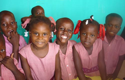 Sourires d'enfants de l'école St Alphonse à Cité Soleil en Haïti