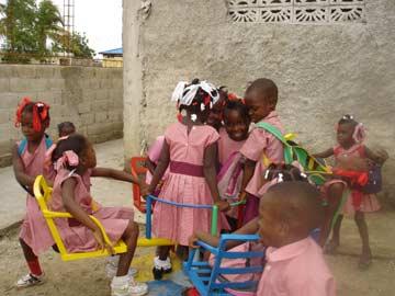 Des installations ludiques dans la cour de récréation de l'école de Cité Soleil