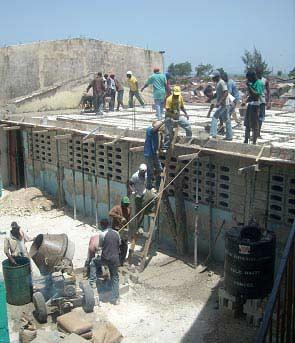 réfection du toit de la cantine de l'école St Alphonse de Cité Soleil en Haïti