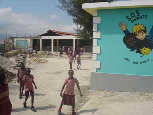 Travaux de construction du bâtiment primaire démoli après le séisme, école St Alphonse de Cité Soleil, Haïti