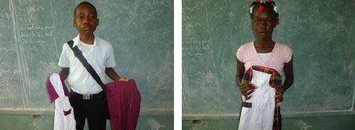 Des uniformes neufs sont distribués aux élèves de l'école St Alphonse à Cité Soleil en Haïti