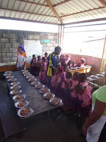 Cantine scolaire provisoire à l'école St Alphonse, bidonvile de Cité Soleil en Haïti