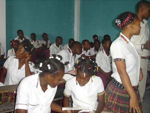 Elèves en classe au collège St Alphonse dans le bidonville de Cité Soleil en Haïti