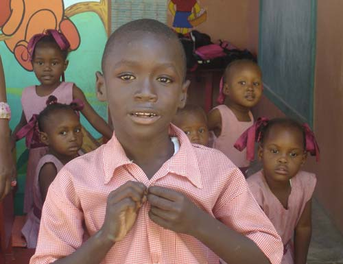 Enfant du bidonville de Cité Soleil en Haïti scolarisé à l'école St Alphonse