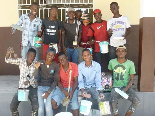 Les peintres, élèves de Terminale, qui ont participé aux travaux de rénovation de l'école de Cité Soleil en Haïti