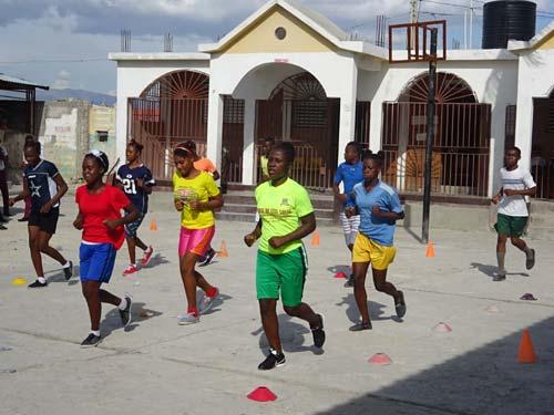 Sport et gymnastique dans la cour de l'école St Alphonse, bidonville de Cité Soleil, Haïti