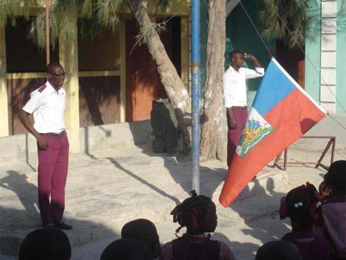 Lever de drapeau chaque matin à l'école St Alphonse dans le bidonville de Cité Soleil en Haïti