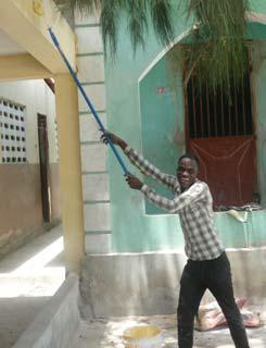 Travaux de peinture pour la rénovation de l'école St Alphonse en Haïti