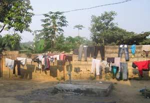 lessive des enfants des rues dans la cour de Ndako Ya Biso, Kinshasa
