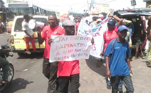 Défilé des enfants des rues du Centre Ndako Ya Biso pour la Journée Internationale des Droits de l'Enfant à Kinshasa