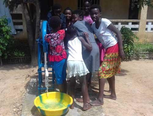 Installation d'une fontaine avec pompe à eau au Centre Ndako Ya Biso pour les filles des rues de Kinshasa