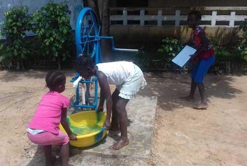 Forage pour avoir de l'eau au foyer des filles du Centre Ndako Ya Biso à Kinshasa