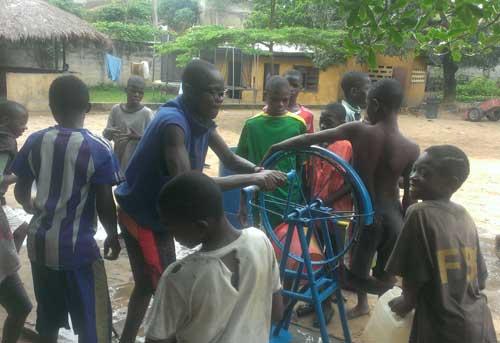 Réalisation d'un forage pour l'installation d'une pompe à eau au Centre Ndako Ya Biso à Kinshasa