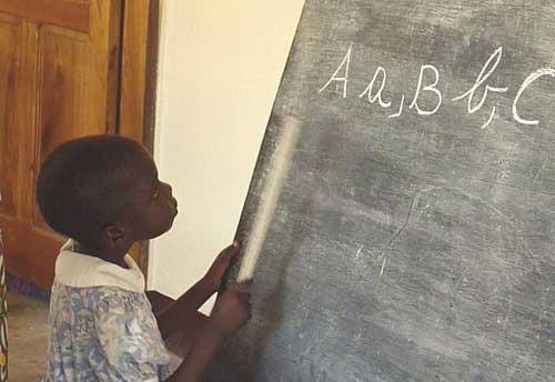 Alphabétisation des filles de la rue au Centre Ndako Ya Biso à Kinshasa