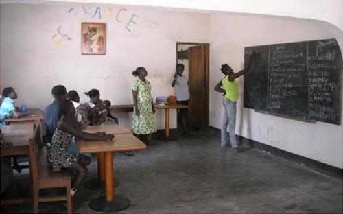 Alphabétisation des filles au Centre d'accueil pour enfants des rues Ndako Ya Biso à Kinshasa