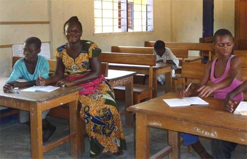 Alphabétisation des filles, apprentissage de la lecture au Centre d'accueil pour enfants des rues Ndako Ya Biso à Kinshasa