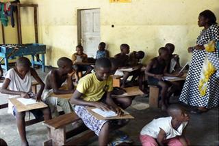 Séance d'alphabétisation des enfants des rues