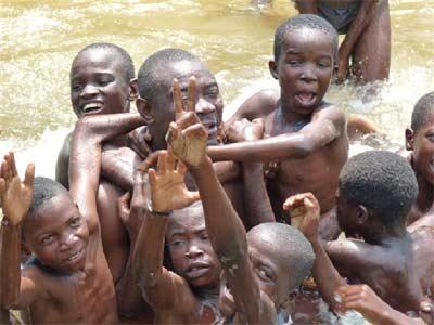 Les enfants des rues profitent d'une baignade