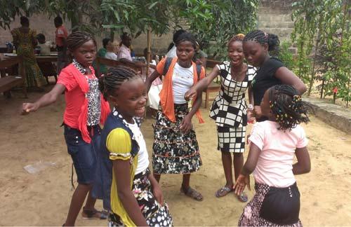 Danse des enfants à la fête de Noël des enfants des rues de Kinshasa