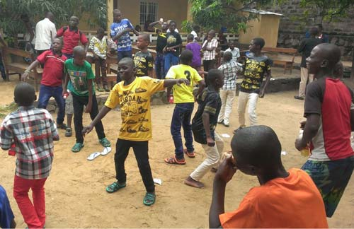 Fête de Noël à Kinshasa, les enfants des rues dansent de joie