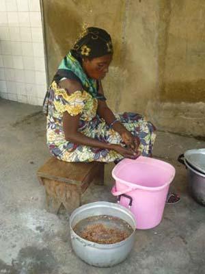 Activité génératrice de revenus démarré par une maman grâce à un microcrédit du Centre Ndako Ya Biso à Kinshasa