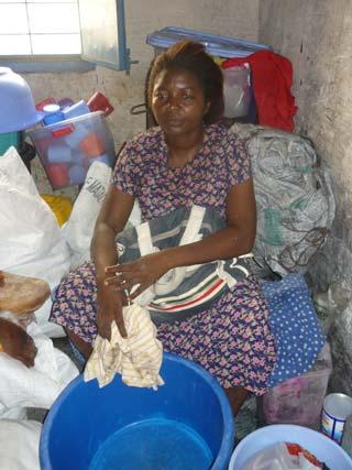 Petit commerce de rue d'une maman démarré grâce au microcrédit accordé par le Centre Ndako Ya Biso à Kinshasa