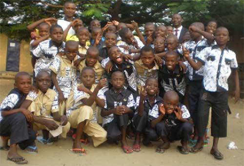 Distribution de vêtements neufs pour le Noël des enfants des rues du Centre Ndako Ya Biso à Kinshasa